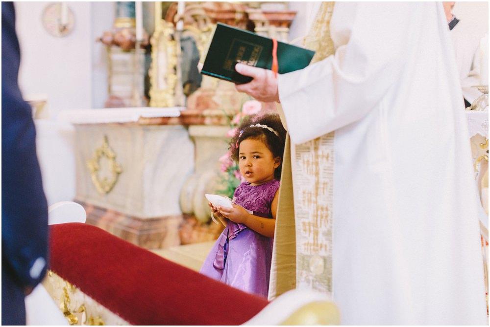 Mädchen in der Kirche