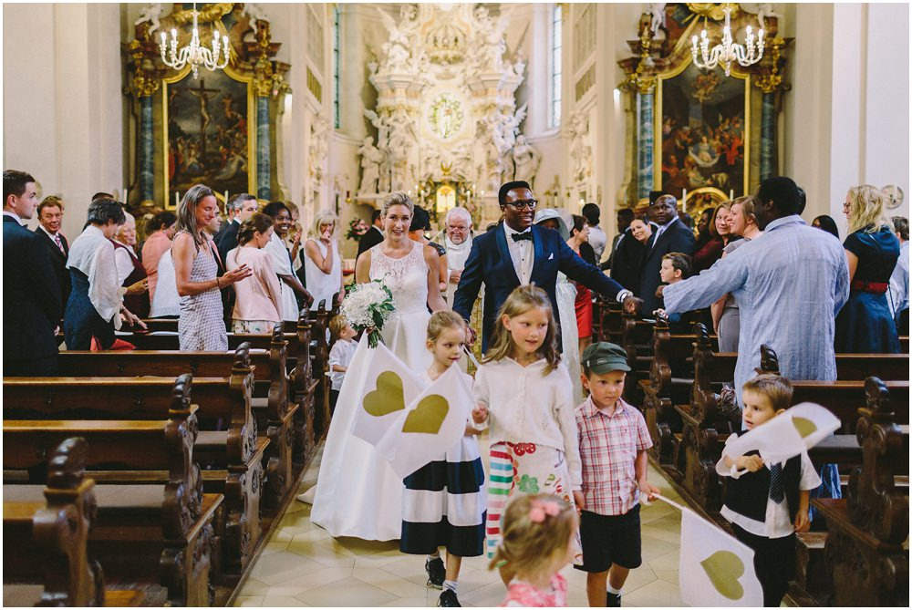Brautpaar läuft durch die Kirche