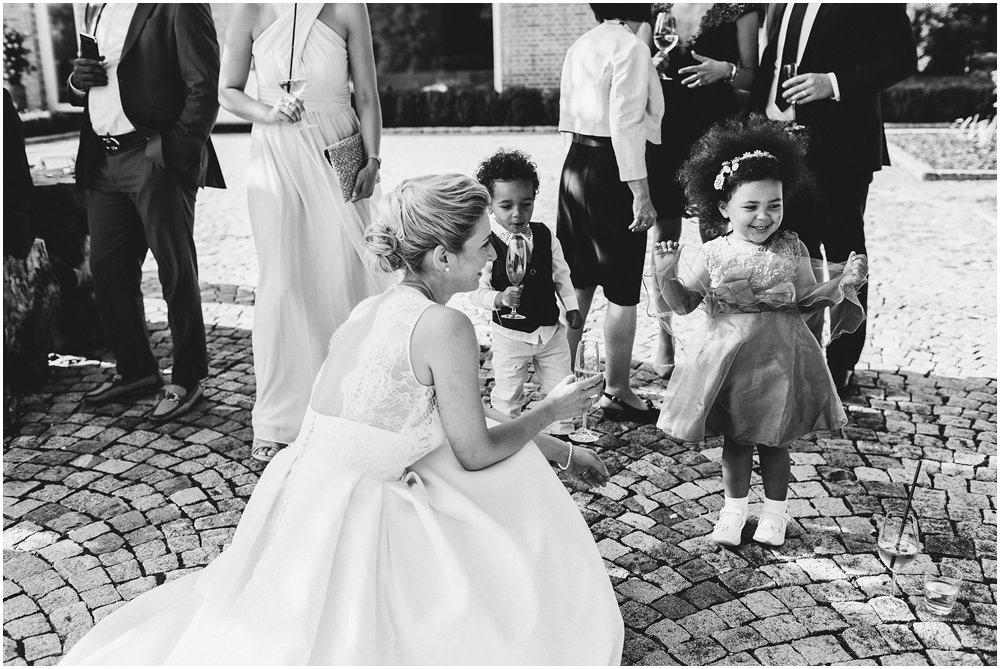 Braut mit ihren kleinen Gästen