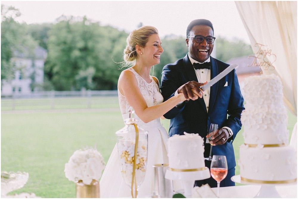 Brautpaar beim Anschnitt der Torte