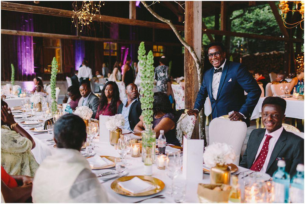 Hochzeitsgäste beim Essen