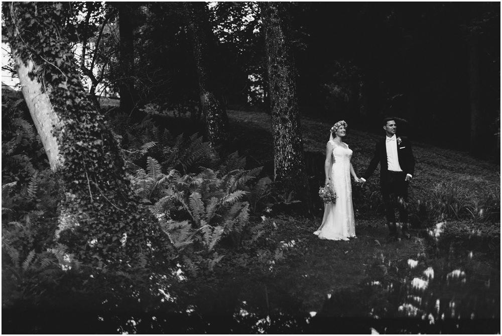 Ein Brautpaar im Wald