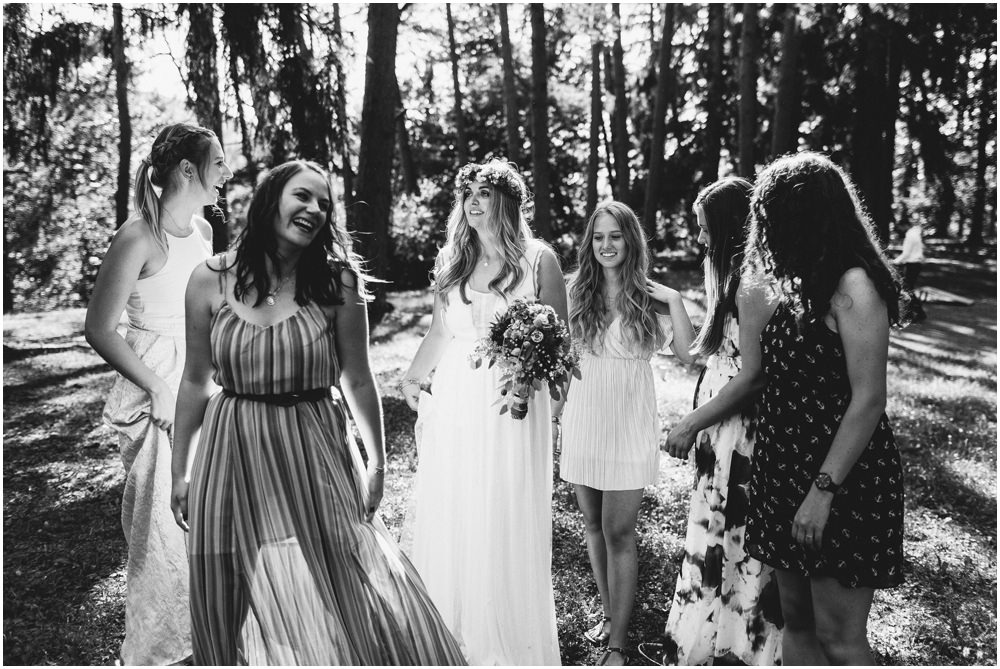 Braut mit ihren Freundinnen