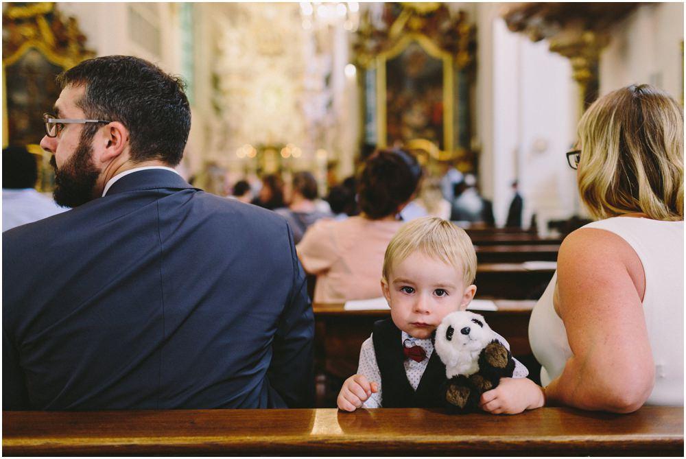 Junge sitzt gelangweilt in der Kirche