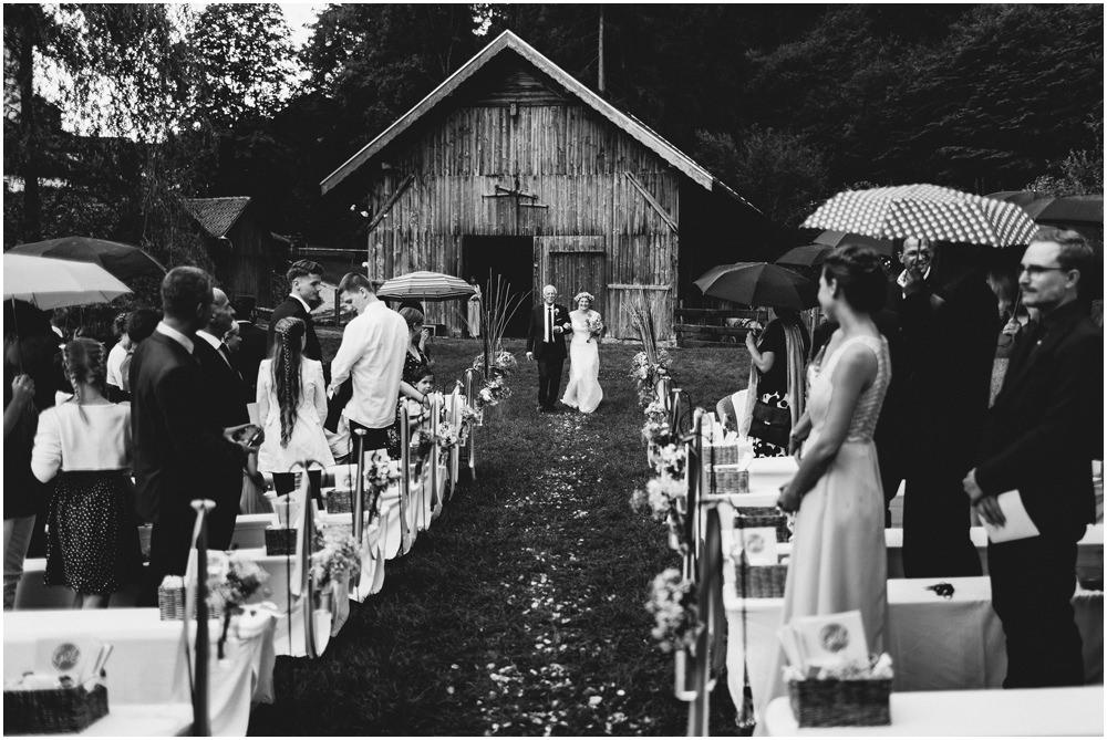 Brautvater bringt die braut zum Altar