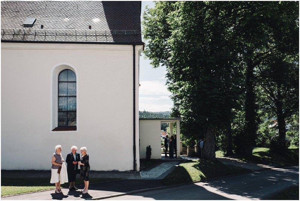 Drei ältere Damen vor der Kirche