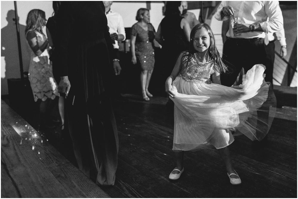 Mädchen tanzt fröhlich