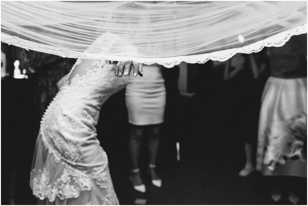 Braut unter einem Stoffdach