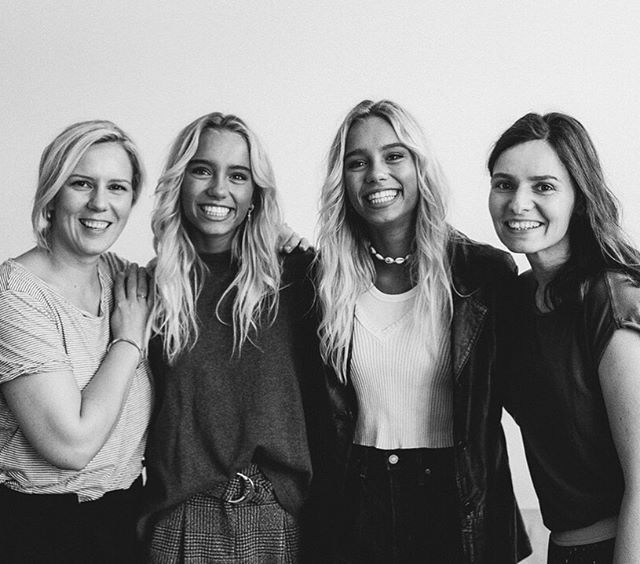 What a great team today. The shooting with Lisa & Lena was so much fun for everyone. Here is our final teamphoto from the Shoot with @lisaandlena. ⠀⠀⠀⠀⠀⠀⠀⠀⠀ @feenglanz.makeup.hair did a wonderful job and created a natural make-up fort the twins. My daughter was able to assist (I wish she would also clean up her room with the same verve :D). ⠀⠀⠀⠀⠀⠀⠀⠀⠀ ⠀⠀⠀⠀⠀⠀⠀⠀⠀ #lisaundlena #covershoot #photoshooting #lisaandlena #leli #lelinators #twins #stuttgart #smile #keepsmiling #feenglanz #danielareske