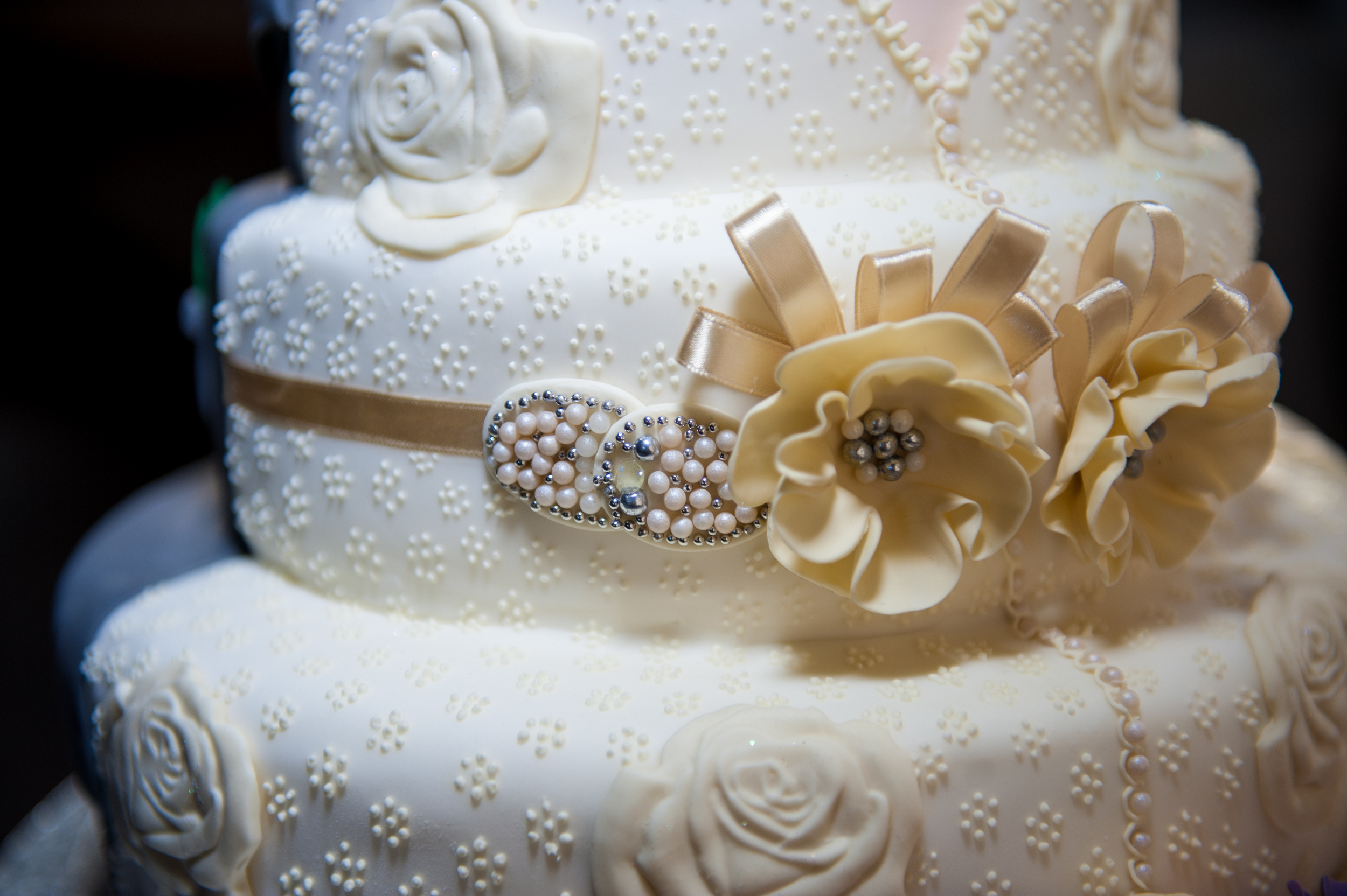 pearls and white roses wedding cake