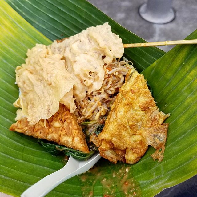 What's for lunch? Some delicious Nasi Pecel served on banana leaf! Street food is a great way to taste the many flavors of food culture on your Gap Semester or Gap Year! #gapyear #indonesia #studyabroad #liveadventurously