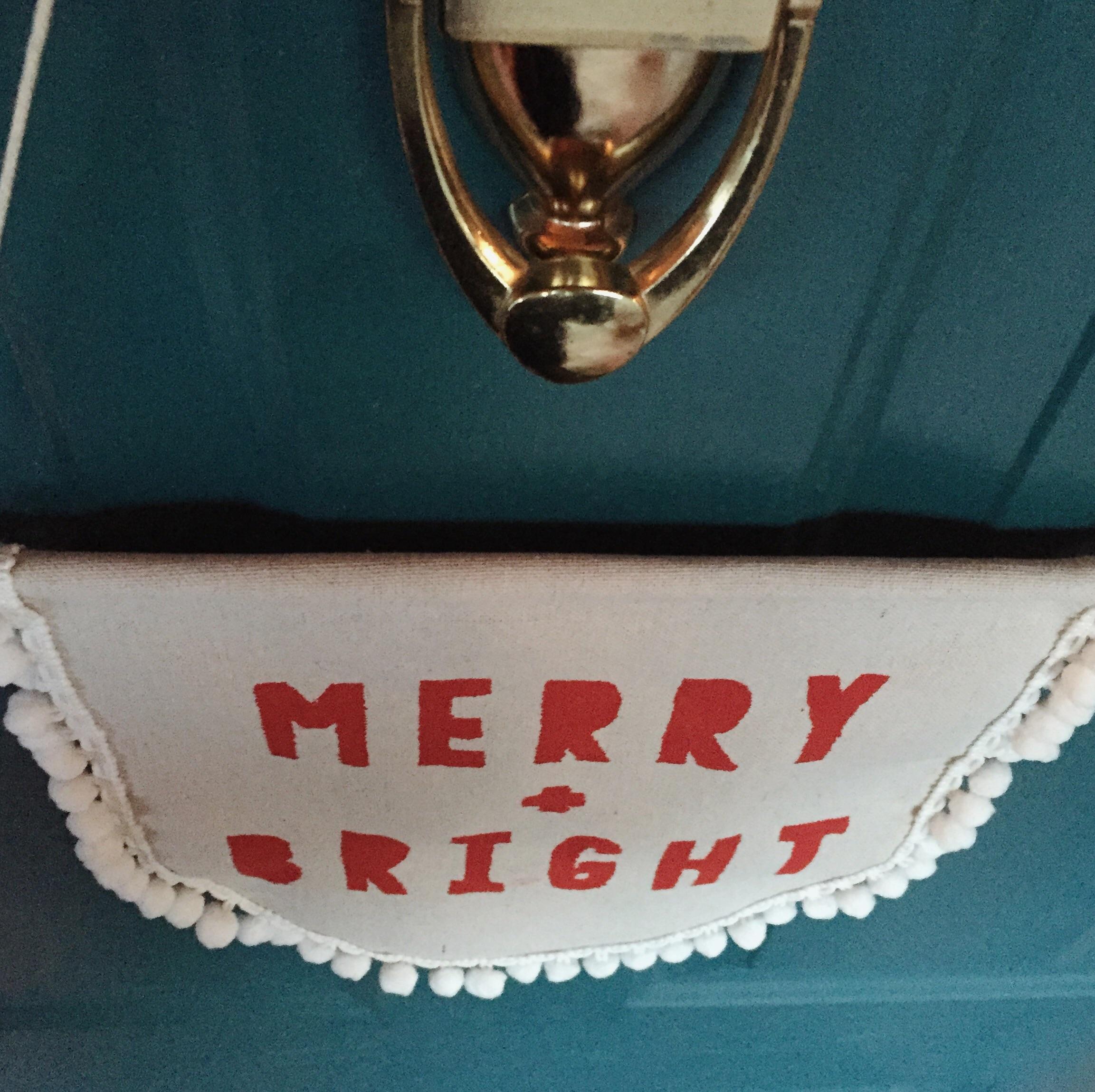 DIY Merry + Bright Door Hanger (click through for the tutorial)