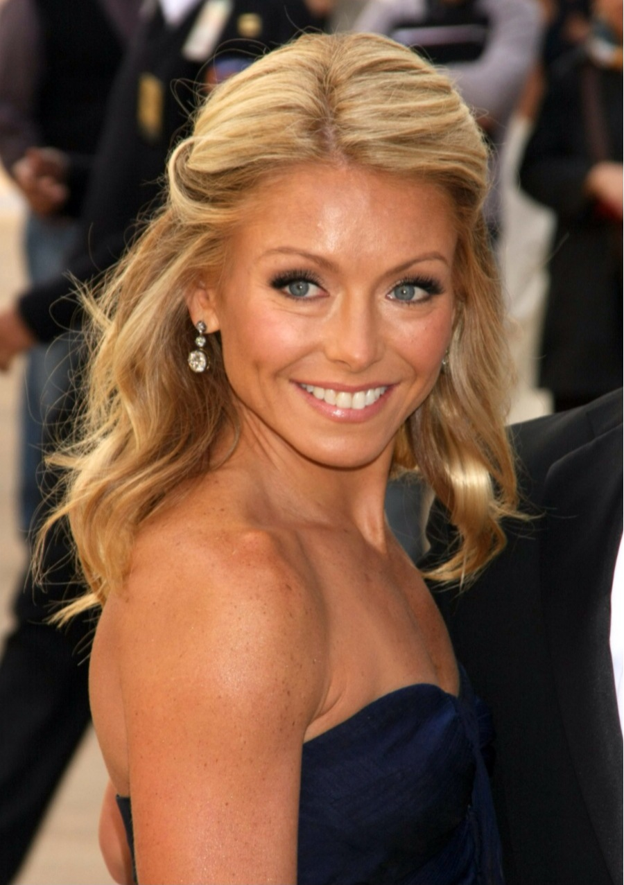 "Kelly Ripa (43) er åpen om at hun benytter seg av botoxbehandlinger: ""It's cut my getting ready time in half. I'm not advocating for it one way or the other. I'm just saying Botox changed my life."""