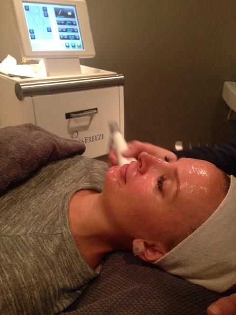 Min kjære søster, Eva, ble førstemann til å få behandlingen hos oss da maskinen ble levert i går. Sjekk hennes instagramkonto @evawigert for etterbilde og hennes opplevelse av behandlingen :)