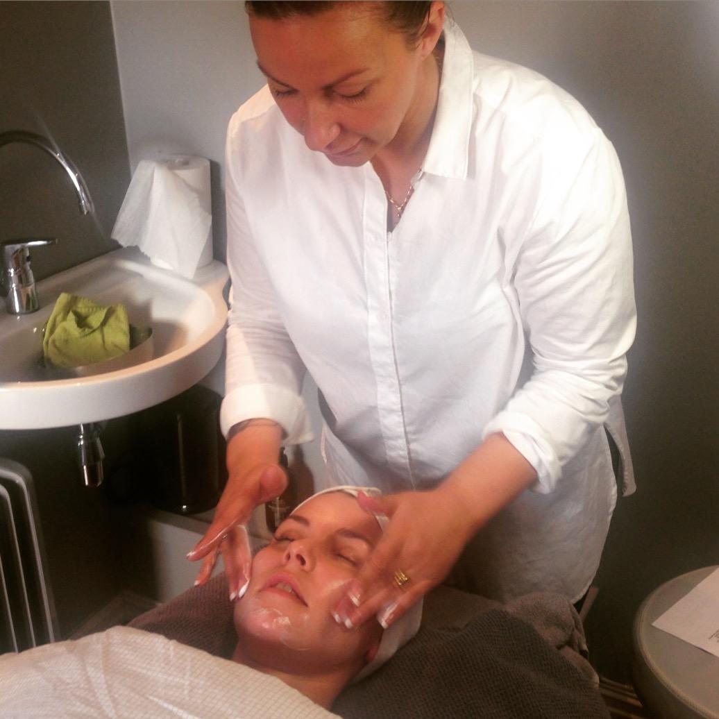 Her blir en av våre dyktige terapeuter, Helene Gulden,kurset av Yvonne, produktansvarlig hos Inspira.