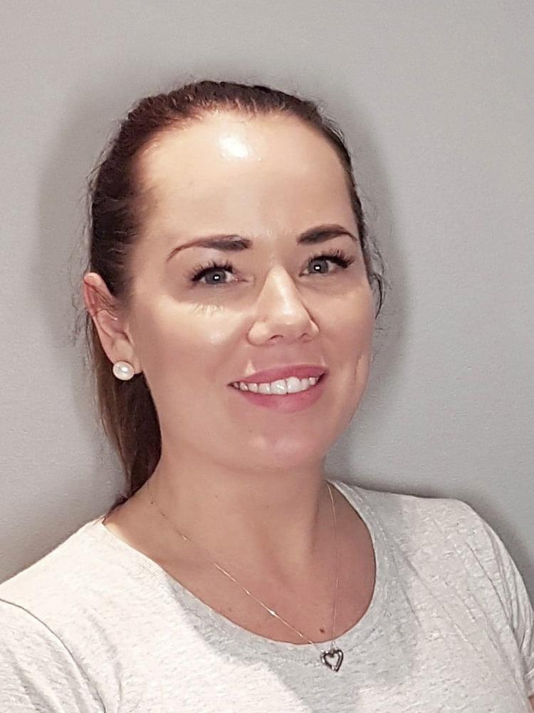 Linda Hamer Johansen   Kosmetisk Dermatologisk Sykepleier  Linda er utdannet ved Senzie Akademiet og har bred kunnskap og lang erfaring innen estetisk medisin og medisinske ansiktsbehandlinger.  I tillegg til injeksjonsbehandlinger utføre hun behandlinger som Dermapen, Meline, kjemiske peelinger og Green Peel.  Du kan også få farget vipper og fikset brynene dine i behandling.