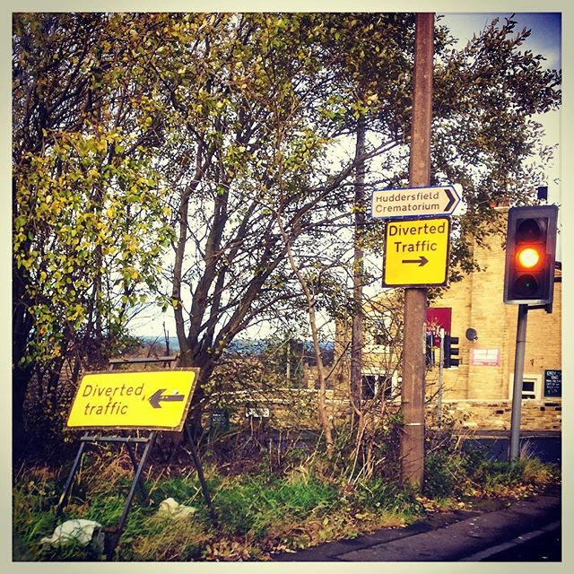 Excellent signage.... . . #couldntresist #funny #diversion #roads #traffic #trafficlight #calderdale #smartpoints #dontfollow #rastrick #halifax #giggles #commercialphotography 😆📷