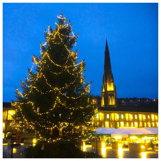 When Christmas looks just as it should in the movies 😍🎥 . . 📷 #commercialphotographer #halifax #piecehall #christmas #filmphotography #filmset #movie #movieset #christmaslights #christmastree #squarechapel @squarechapelarts #prettylights #yellowglow #nightshot