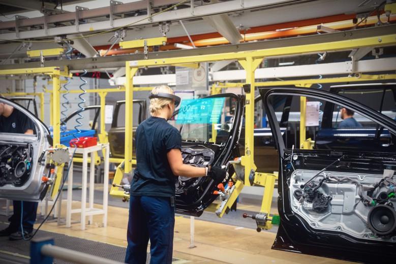 Volvo-Cars-Microsoft-HoloLens-experience_03-779x520.jpg