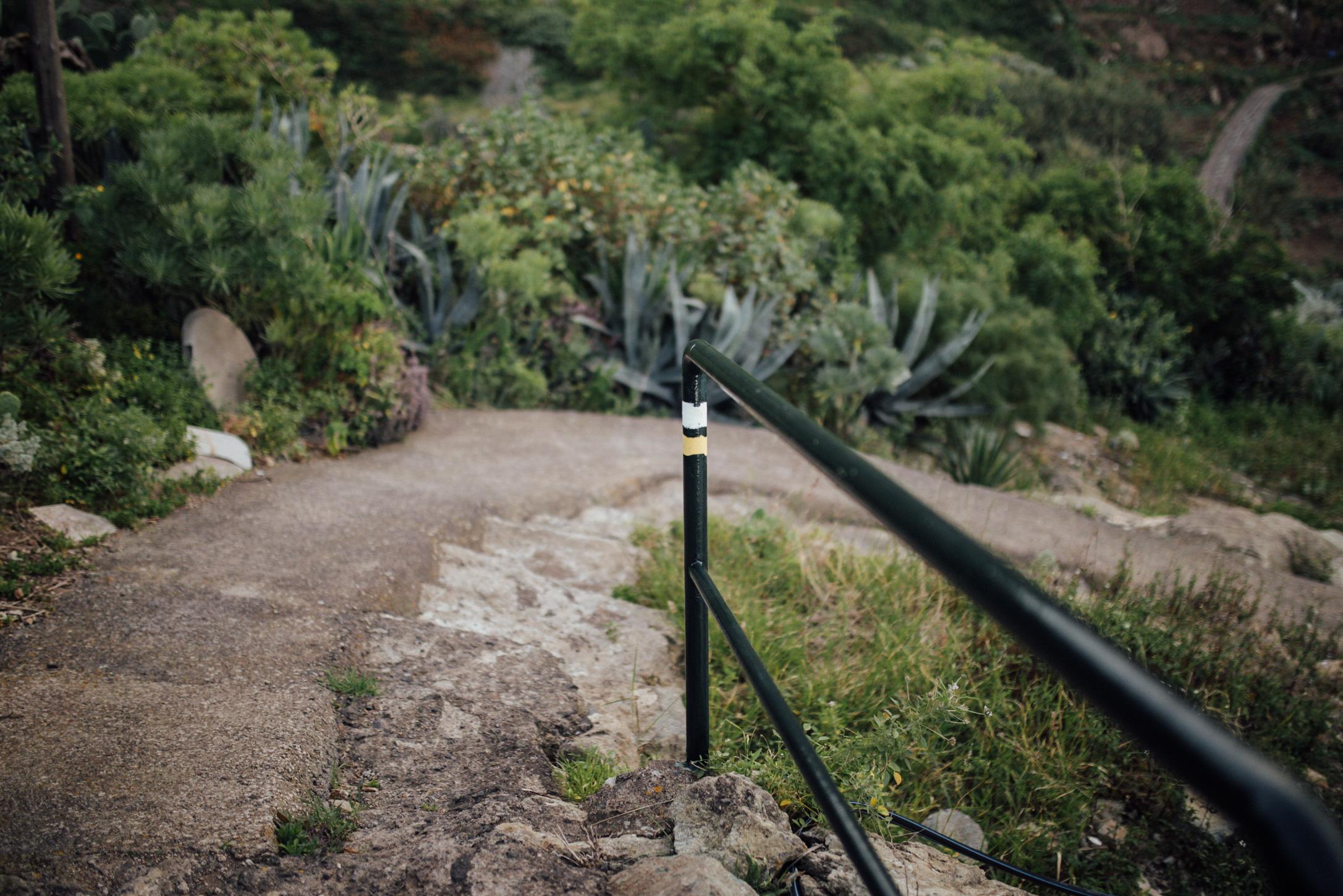 Marca del sendero: El camino barranco abajo te lleva a la playa de Tamadite // Mark of the path: This way downhill takes you to the beach of Tamadite
