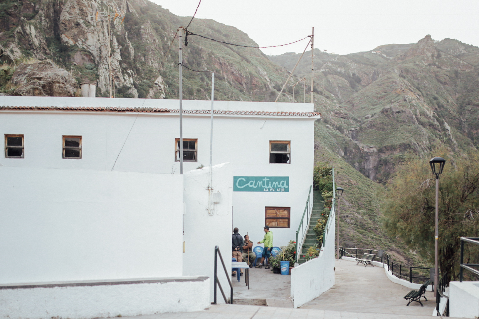La gente suele reunirse por fuera de la cantina de Jose Cañón, centro neurálgico del pueblo // Just outside the tavern people usually meet each other, nerve centre of Afur