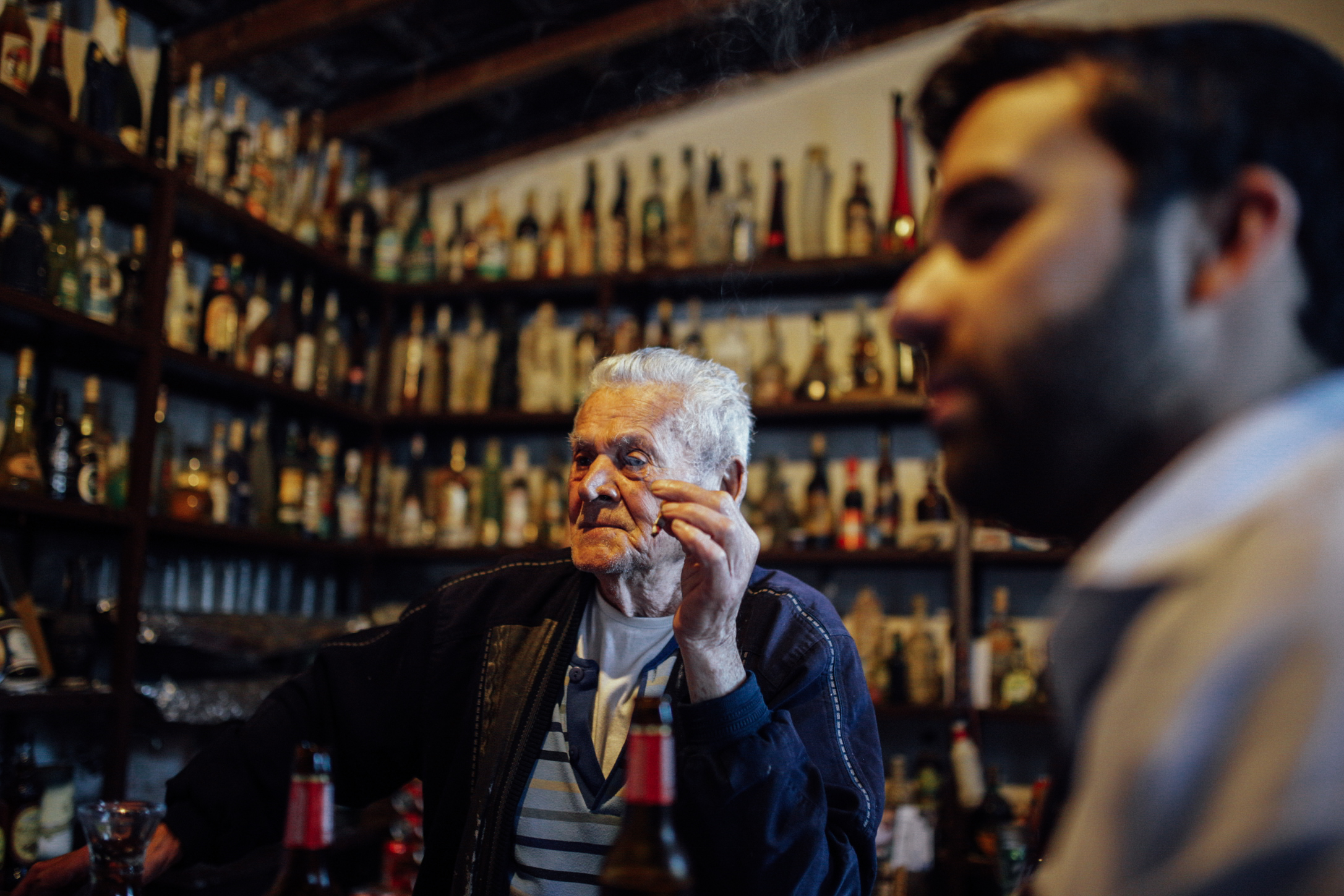 """La venta de José Cañón: """"En estas repisas tengo botellas de todos los países del mundo"""" // The tavern of Jose Cañon:""""I have bottles from all the countries of the world on these shelves"""""""