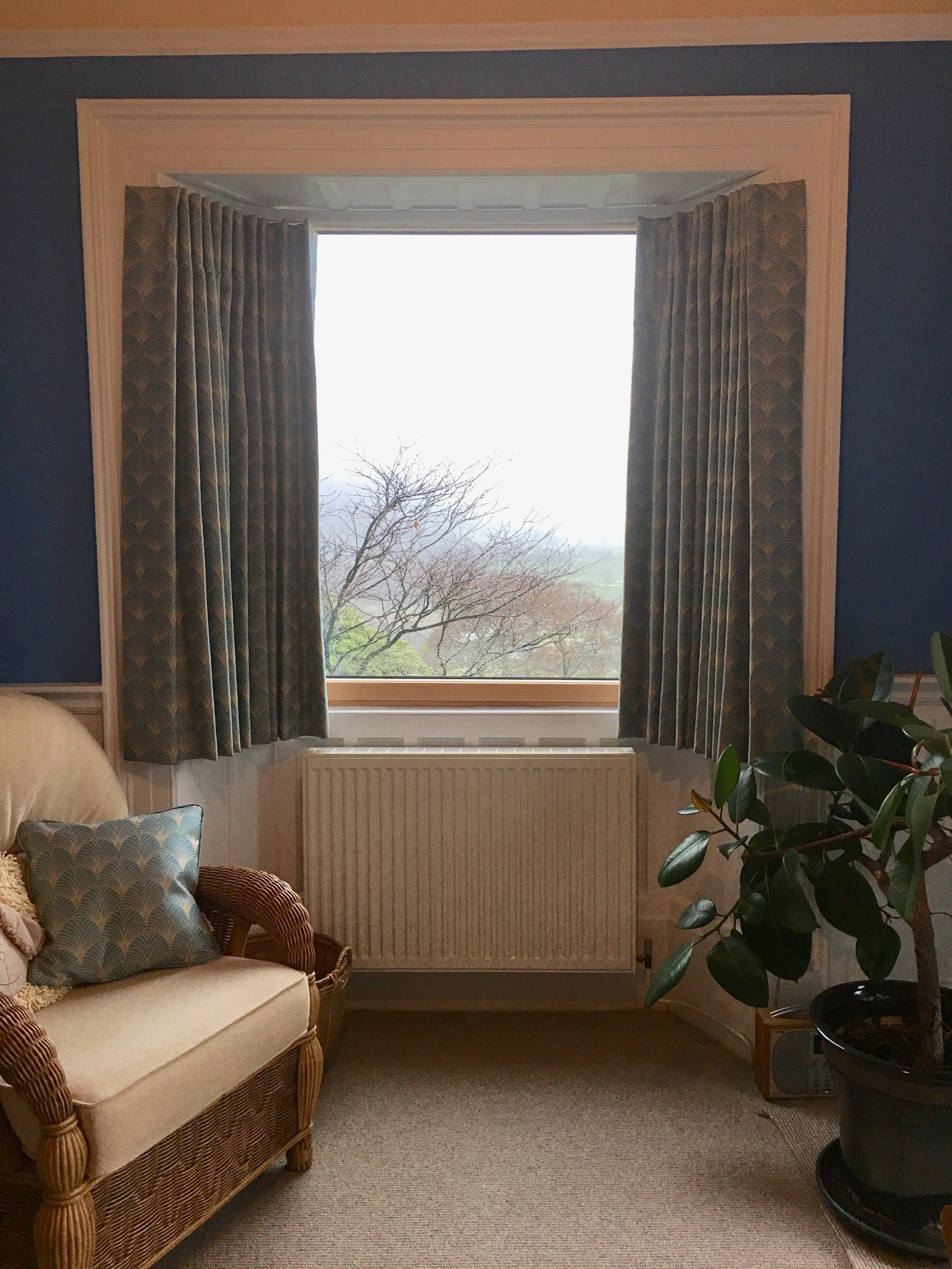 Difficult bay window - shorter curtains so as not to cover the radiator