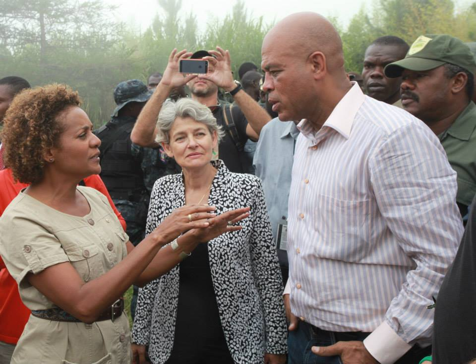 En compagnie du président de la République d'Haïti, M. Michel Joseph Martelly, et de la directrice générale de l'UNESCO, Mme Irina Bkova, lors d'une mission officielle de Michaëlle Jean en 2013, au Parc National La Visite, à Seguin en Haïti. photo : UNESCO.