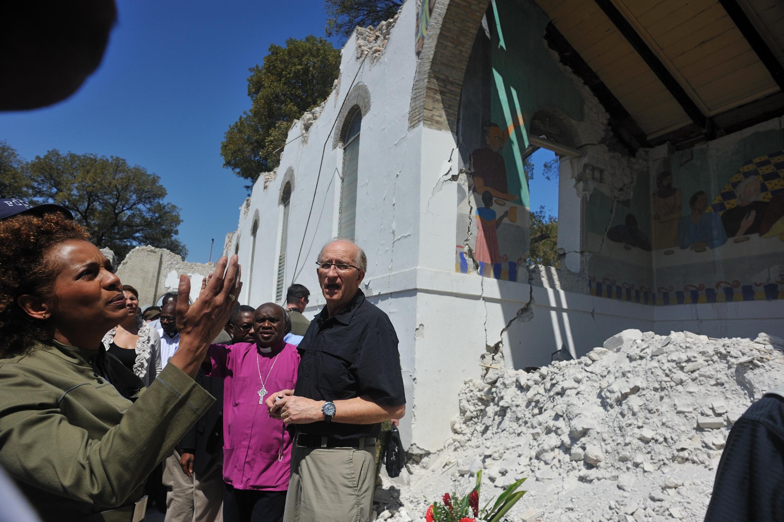 La gouverneure générale et son époux visitent divers lieux de Port-au-Prince, dont la Cathédrale Épiscopale et l'école Sainte-Trinité.