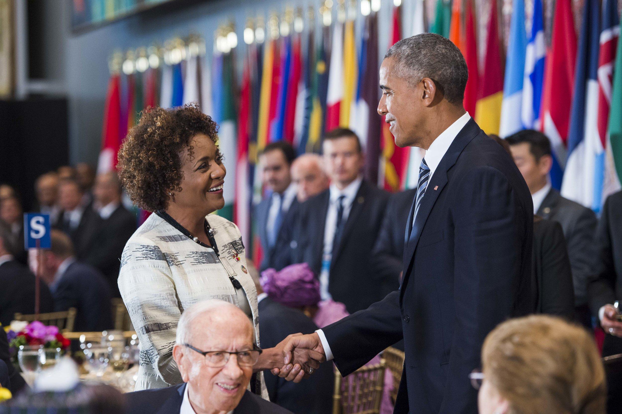 Siège des Nations unies, New York, le 20 septembre 2016 — Le président des États-Unis, M. Barack Obama, échange une poignée de main avec la secrétaire générale de la Francophonie, Son Excellence, la très honorable Michaëlle Jean, à l'occasion d'un déjeuner officiel offert par le secrétaire général des Nations unies aux chefs des délégations de la soixante et onzième session de l'Assemblée générale des Nations unies.