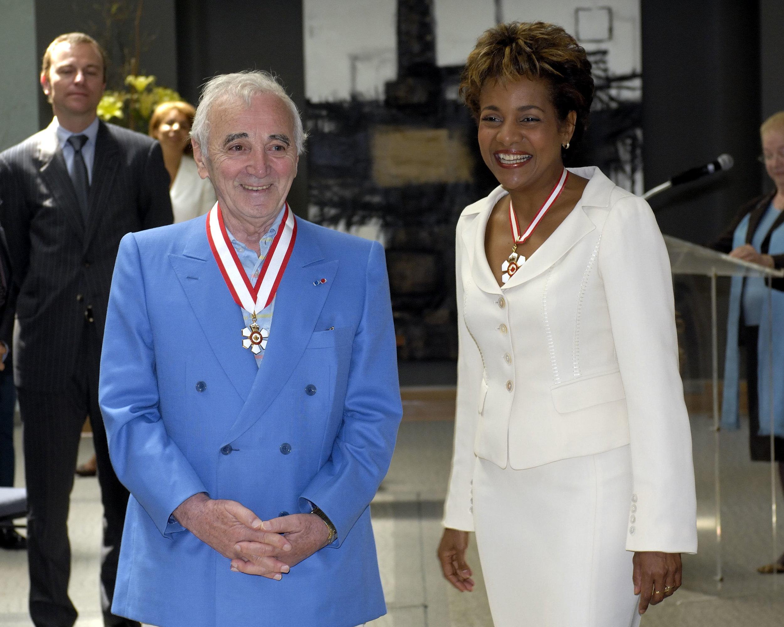 Avec Charles Aznavour. J'ai été heureuse d'investir en 2008 cet Arménien du monde au sein de l'Ordre du Canada. Toute la Francophonie s'apprêtait à le retrouver le 11 octobre au XVIIe Sommet de la Francophonie à Erevan, face au mont Ararat, pour chanter en chœur «La bohème» avec lui. Nous vous aimons Charles Aznavour !    Crédit photo : Rideau Hall.