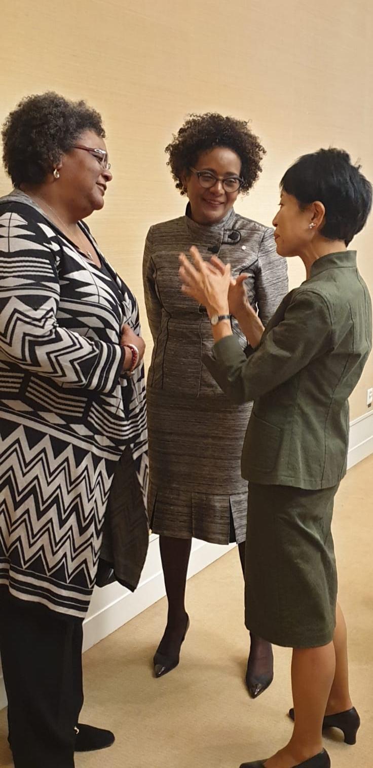 Avec Son Exellence Madame Mia Mottley, première ministre de la Barbade et Dr. Naoko Isii, PDG de Global Environment Facility.