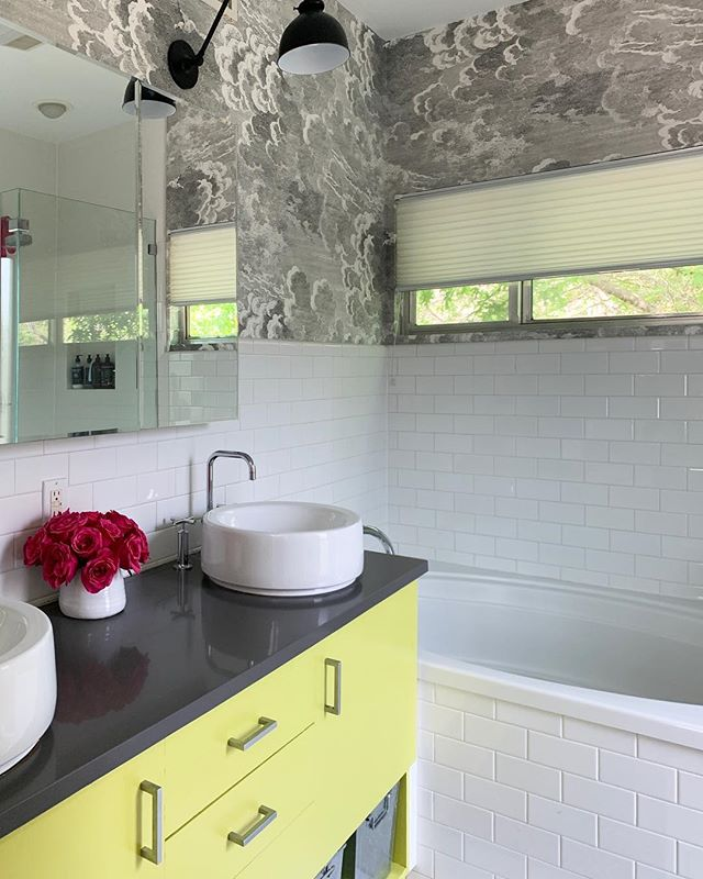 IMHO, color fixes everything. I wish I could take credit for the brilliant wallpaper and color combo here, but all I could do when my client suggested it was vigorously nod and blurt out, YES LET'S DO IT! 🙌🏼 WTG @skellyhome on the makeover! #beccastephensinteriors #interiordesign #austintx #bathroomdesign #color #citron #wallpaper