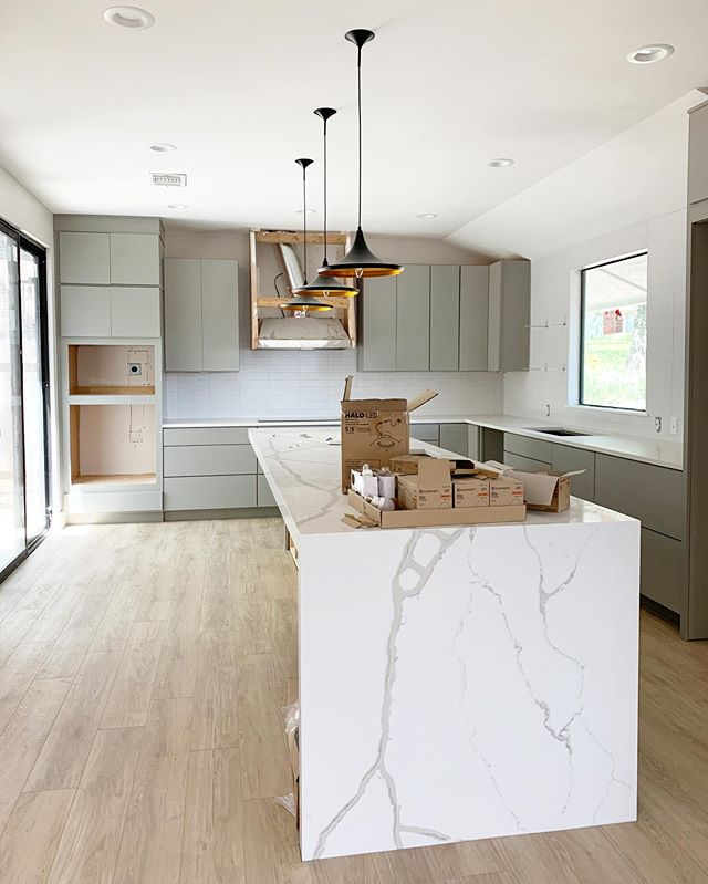 Checking in on this remodel that's getting close! Love how all the finishes are coming together, wood accents coming soon in the form of shelves, on the hood cover and on the back of the island. See my story for more at this project! 🤓 #beccastephensinteriors #interiordesign #kitchendesign #kitchenremodel #austintx #austindesigner #moderndesign #kitchen