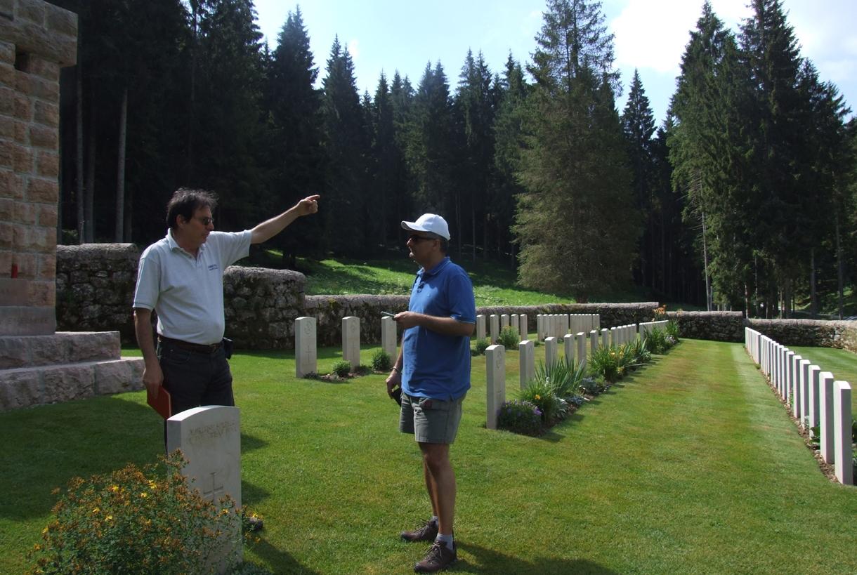 08 - Andrea e saverio nel cimitero britanno del Barenthal.jpg