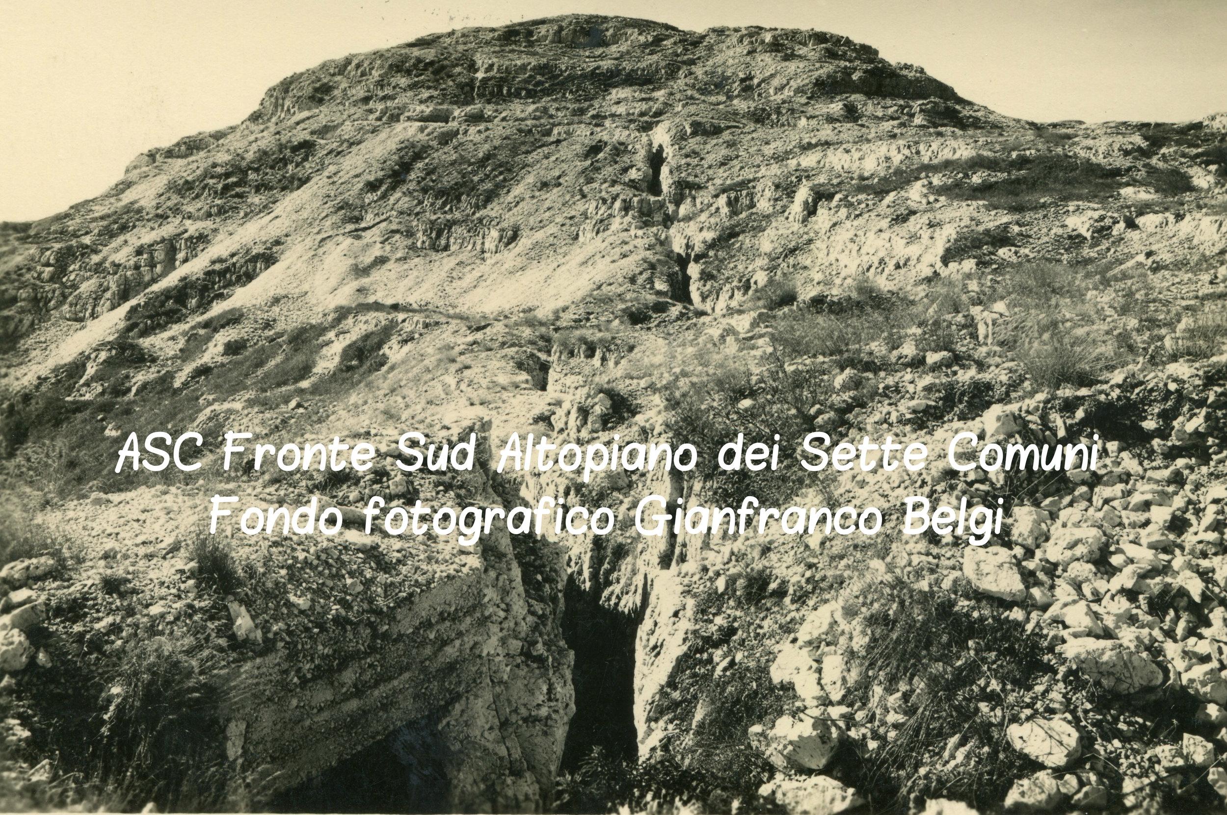 Profonde trincee sulle pendici dell'Ortigara, nella parte settentrionale dell'Altopiano di Asiago: il terreno ètotalmente sconvolto dai bombardamenti delle artiglierie