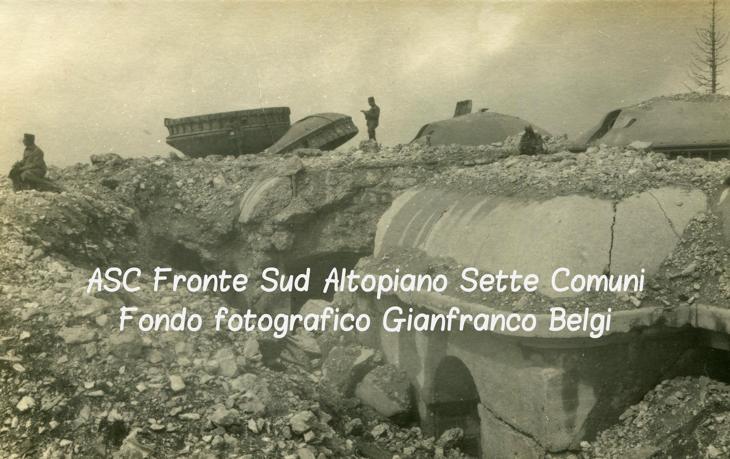 I resti del forte italiano Campolongo con alcune sentinelle in una fotografia austro-ungarica