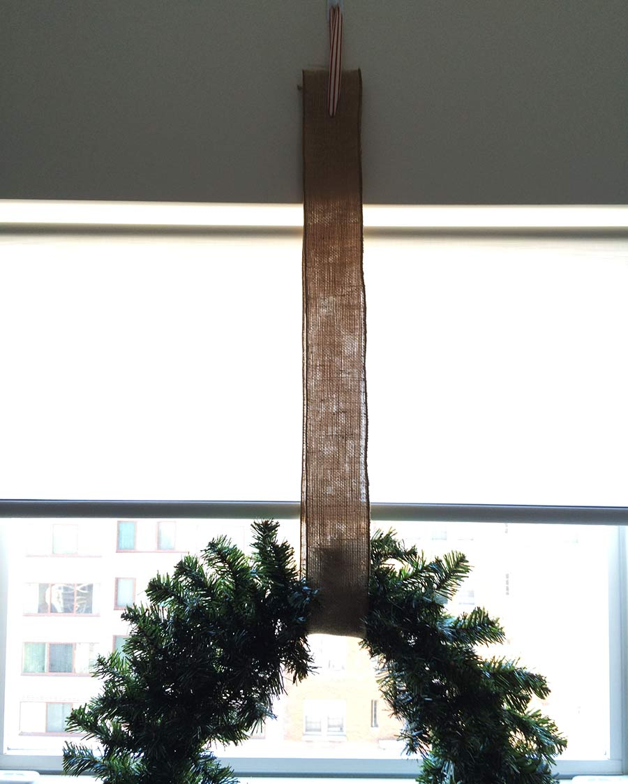christmas-wreath-simple-decor-window.jpg