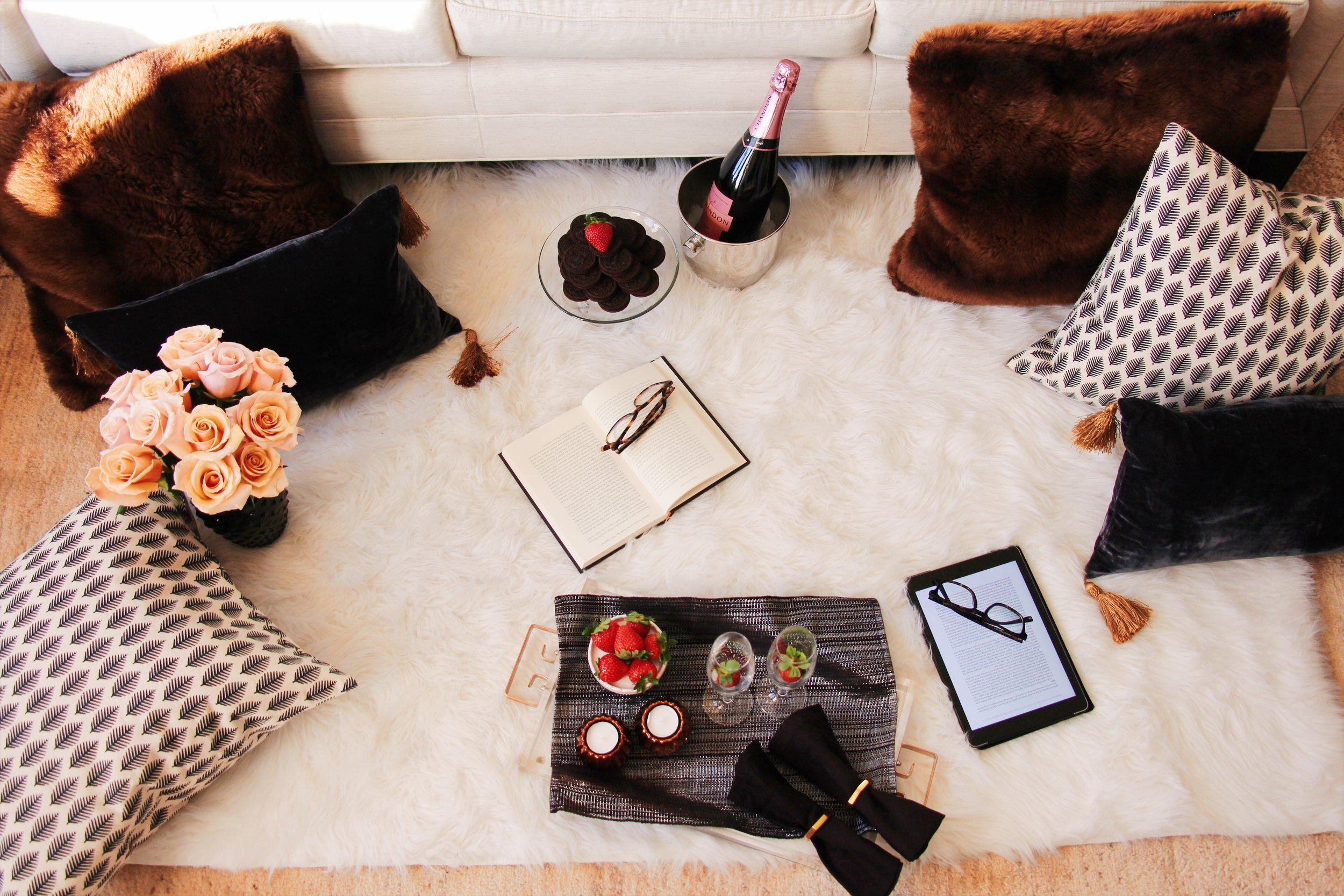 TIP 1 -->Create a cozy area in your own living room. A fluffy rug and pillows on the floor invite you to relax.