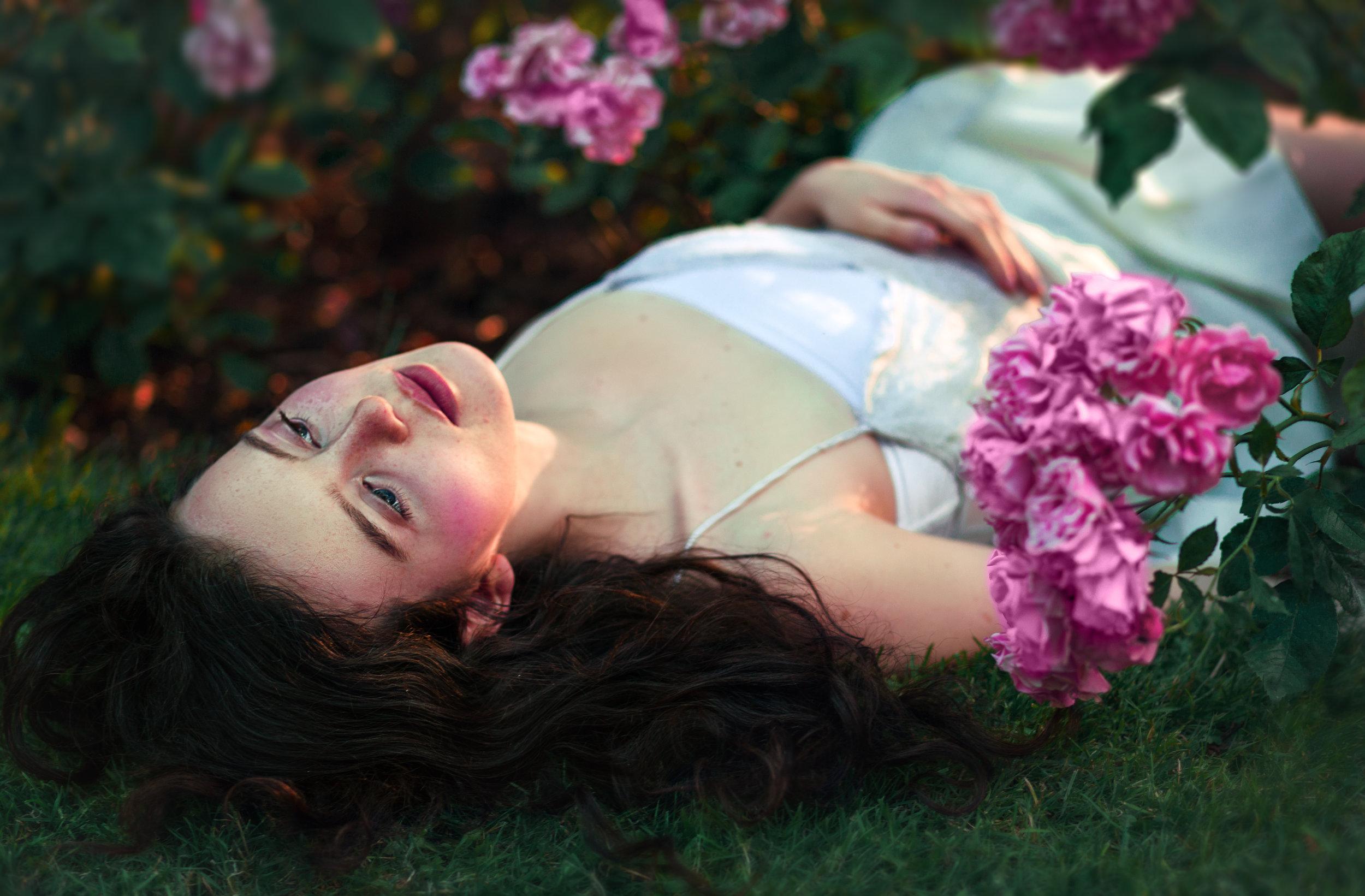 Vilde Joha in a pink rose bush