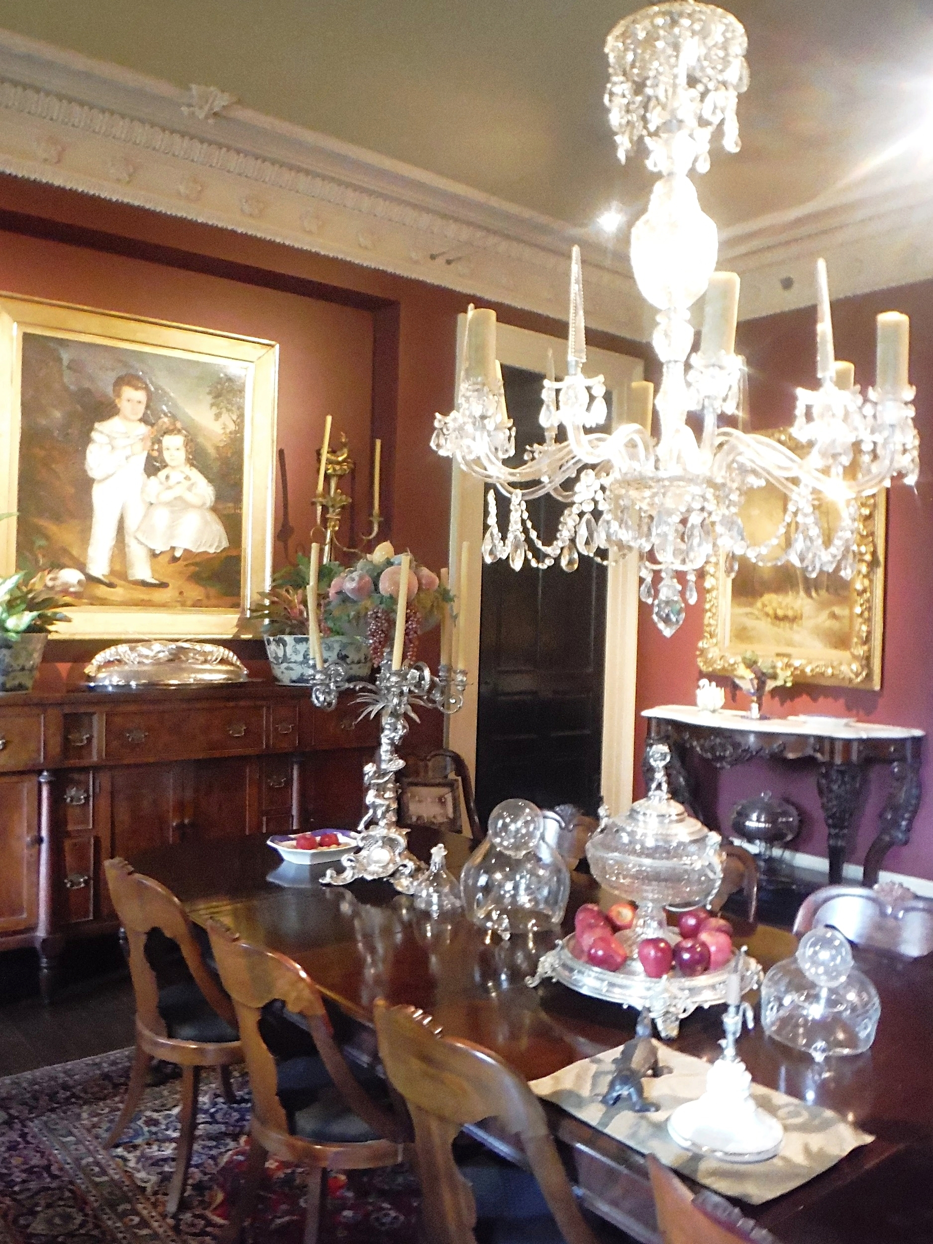 The sugar barons of Houmas House dined under crystal chandeliers and master oil paintings.