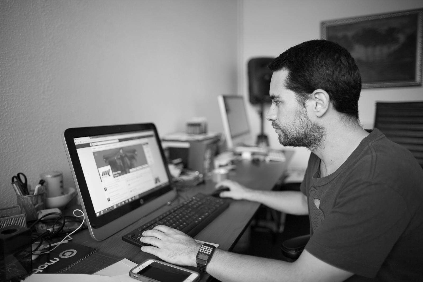 Luis, actualizando facebook.  Luis updating facebook page