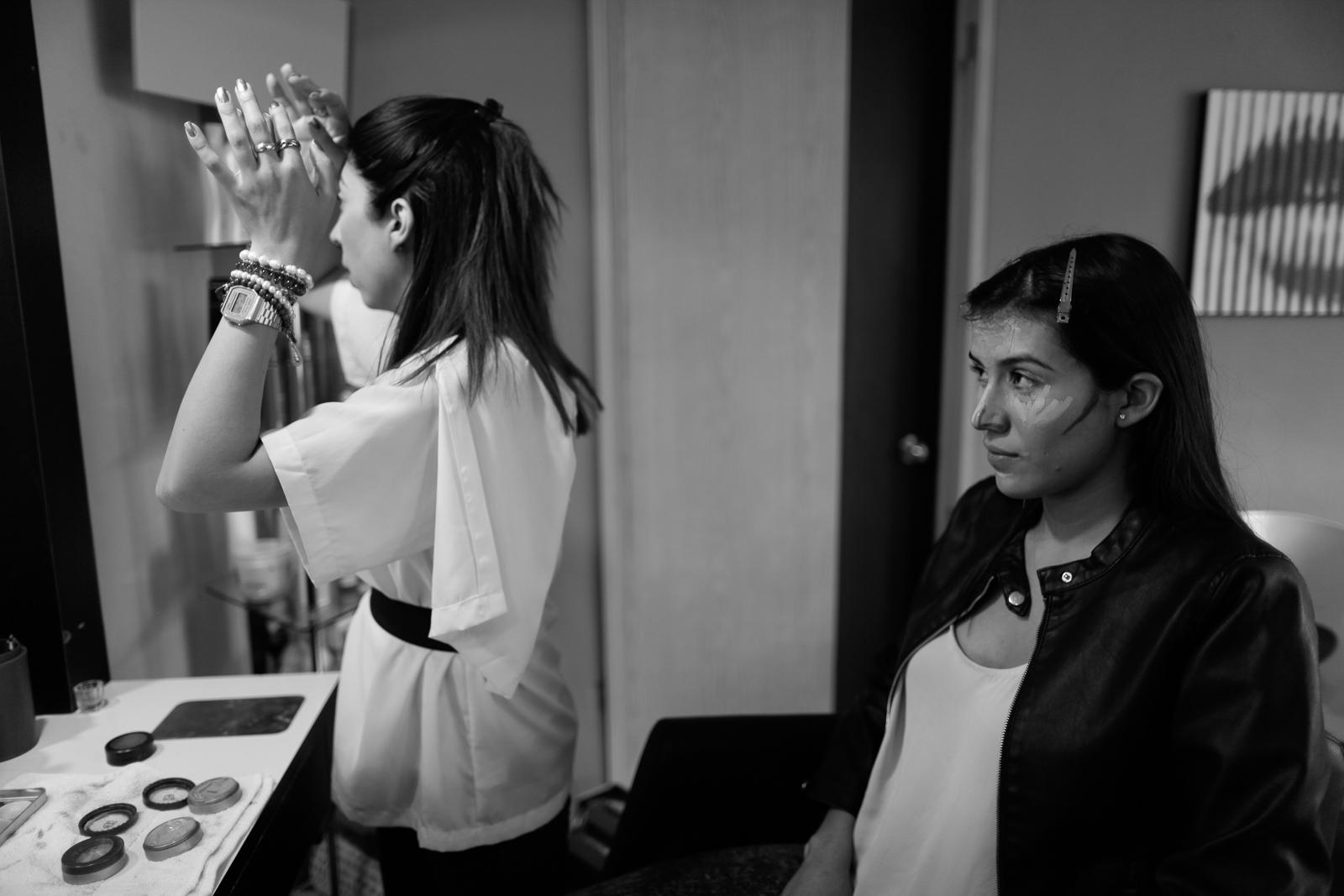 Lore, de Studio 84, echándole ganas al maquillaje de Ana.  Lore,from Studio 84, working hard on Ana's makeup