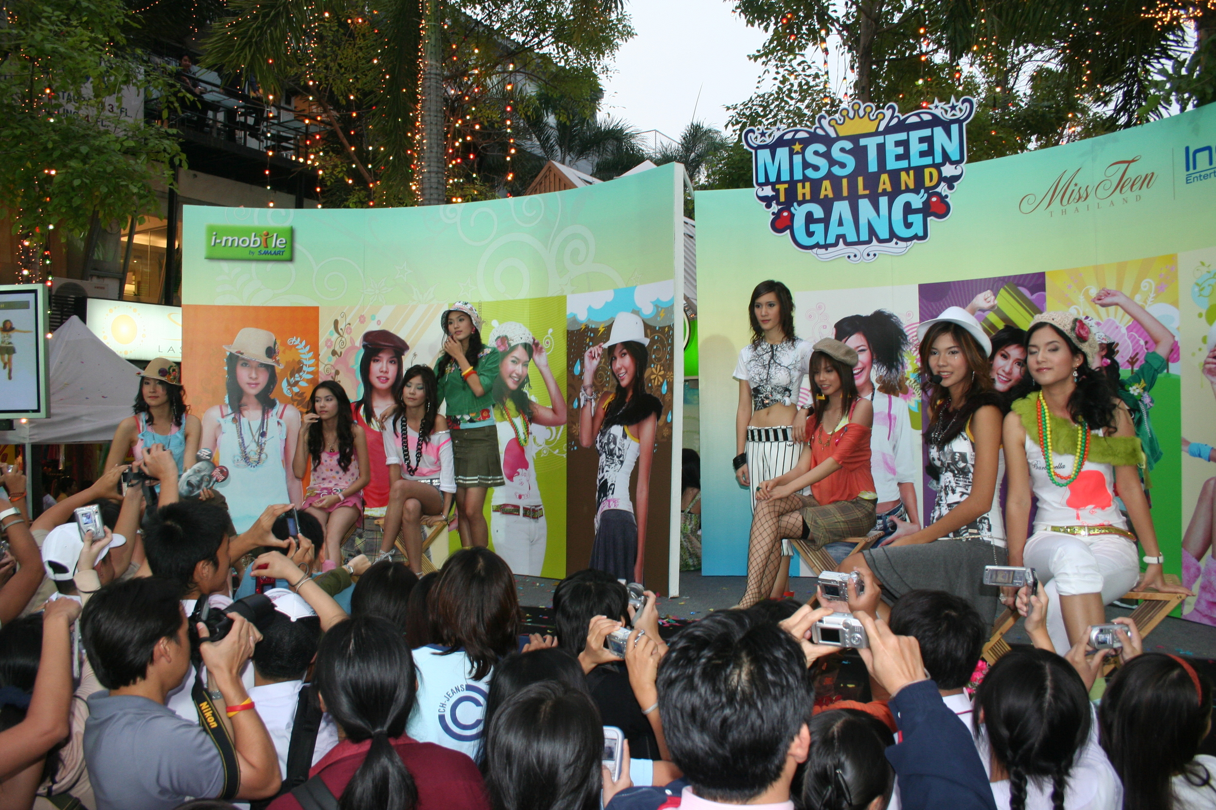 Miss Teen Thailand Gang picture event.