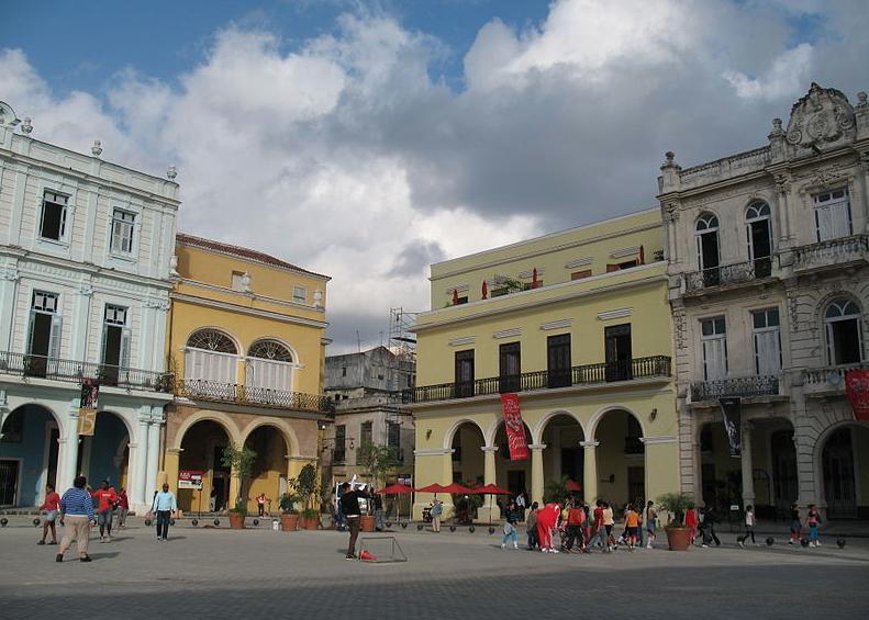 Plaza Vieja in Havanna. Photo from  Wikimedia Commons .