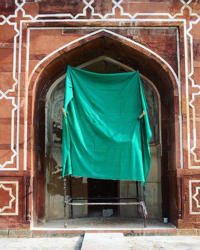 The revamping of the stunning Humanjun's tomb  #restoration #ihavethisthingwithgreen #whatsgoingonbehind #photography #stilllife #delhi