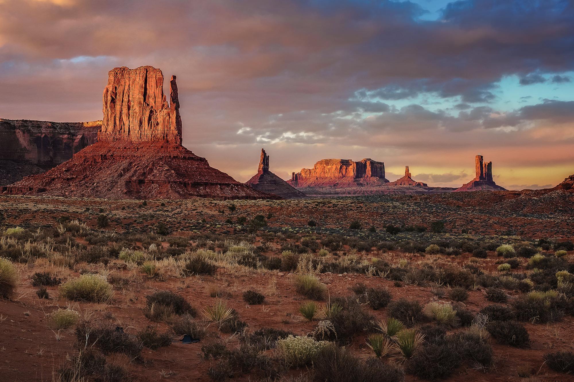MONUMENT VALLEY - Utah/Arizona Border