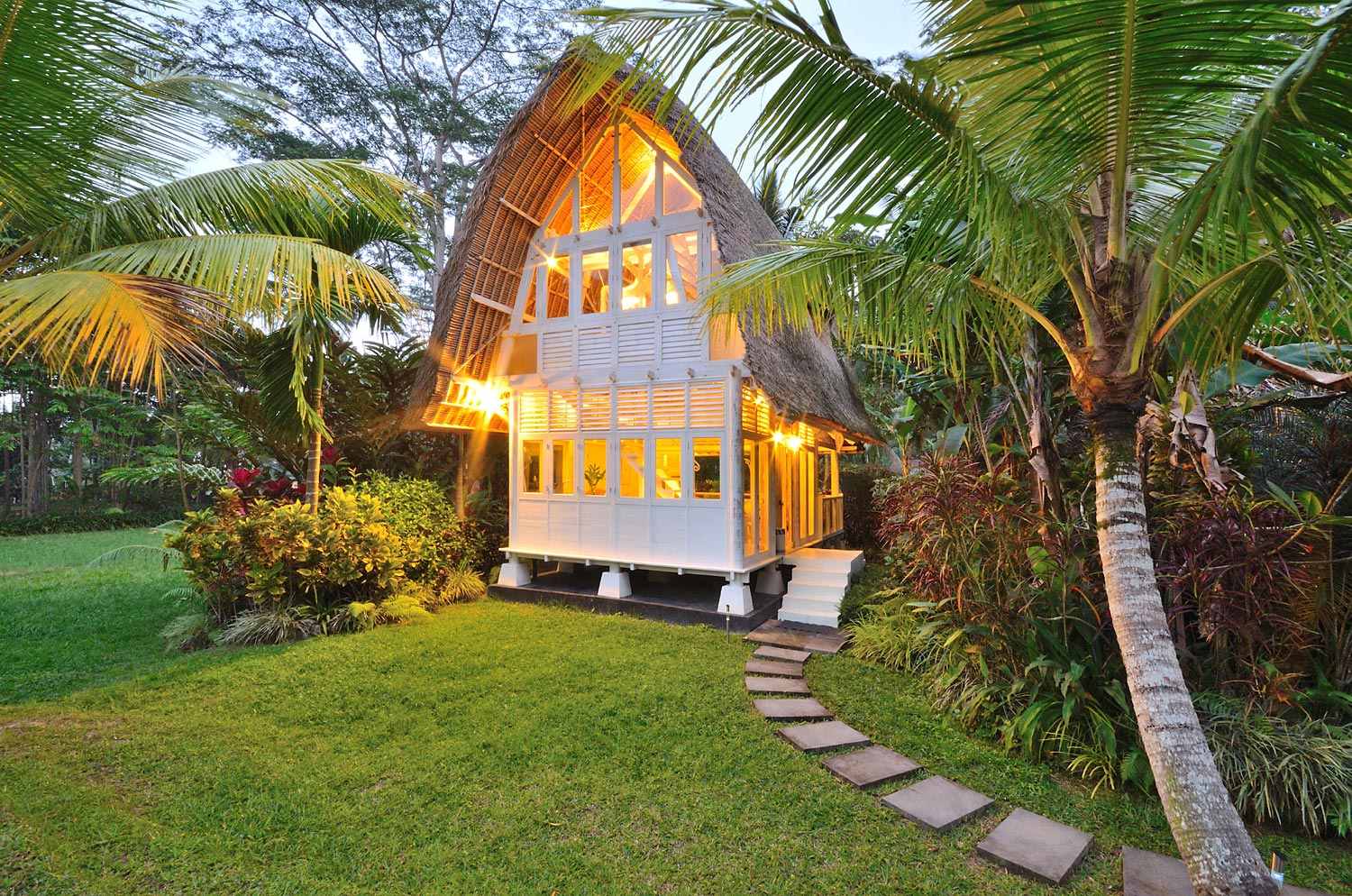 Honeymooners and lovers cherish the romance of The White Elephant, one of the villa's two bedroom bales.