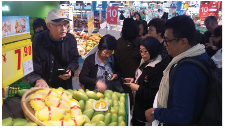 Mango Agribusiness researchers (L-R) Prof Daryl Joyce (Australia), Dr Emma Ruth Bayogan (Philippines), Dr Zainuri (Indonesia) and Mr Som Bunna (Cambodia) inspect imported mangoes at a marketplace in Guangzhou, China.