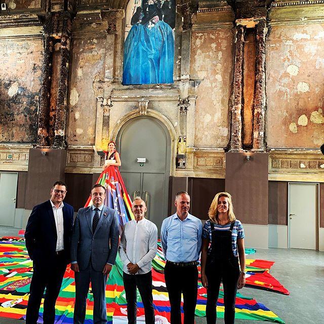 Vandaag werd de Amsterdam Rainbow dress onder toezicht van de burgermeester voorgesteld. Het kleed zal tijdens de @antwerppride tentoongesteld worden in het @mhkamuseum. Het symboliseert de landen waar nog geen rechten zijn voor de Holebigemeenschap. Als er een land is dat rechten toekent wordt de vlag vervangen door een regenboogvlag. 🌈